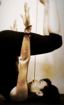 Il metodo Pilates rinforza i muscoli del piano profondo del tronco, gli addominali, le fasce muscolari più vicino alla colonna vertebrale e quelle intorno alle pelvi, aiutando a prevenire il mal di schiena.
