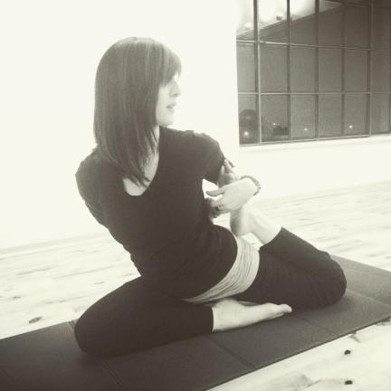 L'Hatha yoga, o yoga del sole e della luna, agisce sul piano fisico, porta benefici alla colonna vertebrale e migliora l'elasticità.