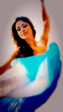 Danza Orientale, del Ventre, Bellydance, tanti sono i modi per riferirsi a questa danza dalle origini antiche. La danza del ventre ci mette in comunicazione con il nostro corpo, aumentando la consapevolezza. Aiuta a superare i blocchi emotivi e ad aumentare l'autostima.
